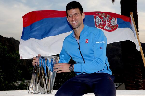 novak sa zastavom i trofejem
