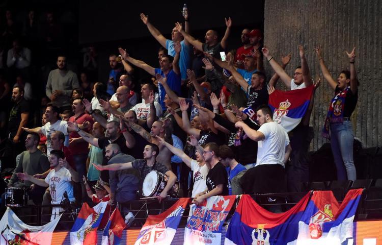 srbija francuska 3-2 polufinale evropskog prvenstva za odbojkase finale sa slovencima malobojni srpski navijaci u parizu